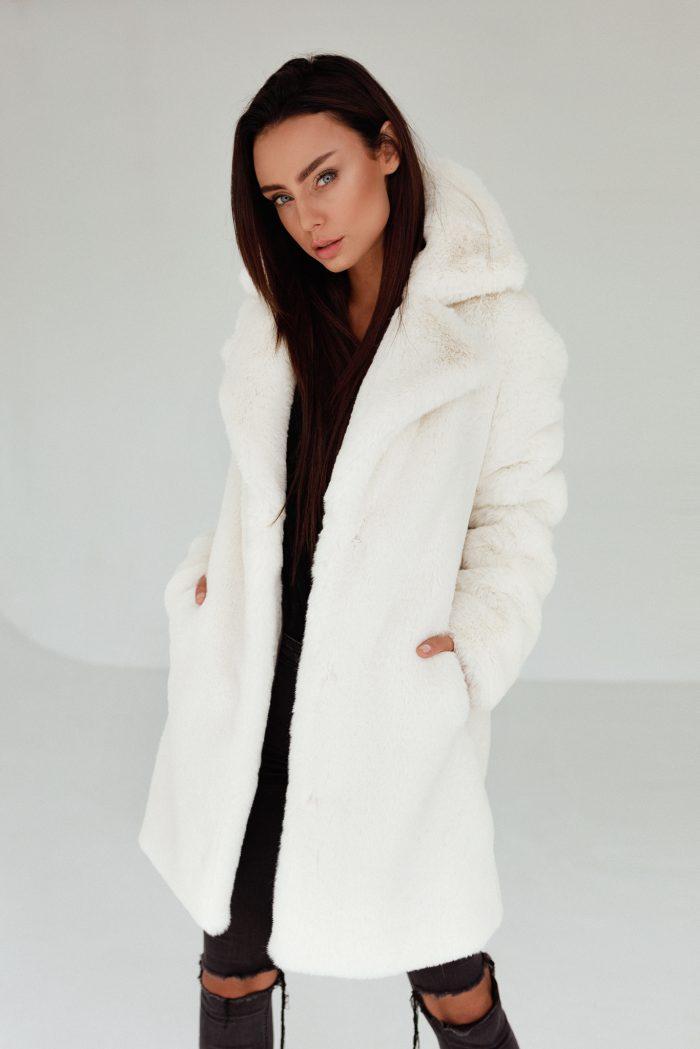 Płaszcz Futrzany w kolorze Ecru to elegancki wybór na nadchodzącą zimę.