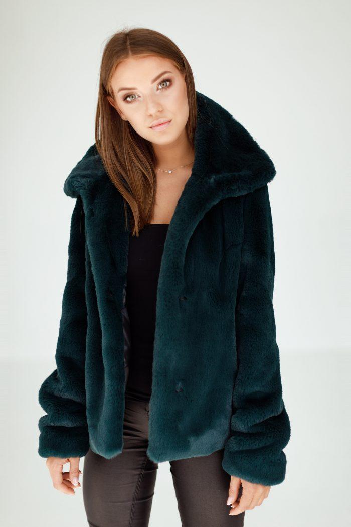 Krótka kurtka charakteryzuje się komfortem codziennego użytkowania, a duży modny kołnierz dodaje jej stylu. Sprawdź to futerko damskie i wiele innych…