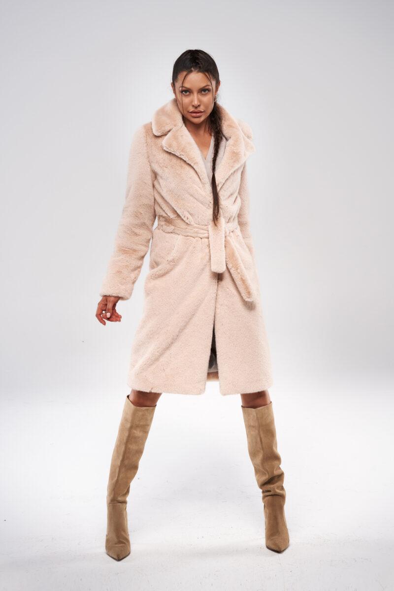 Beżowy długi płaszcz z paskiem ze sztucznego futra