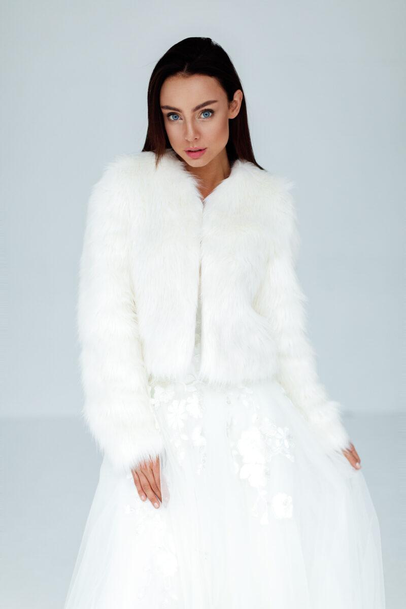 białe futerko ślubne bolerko ze sztucznego futra