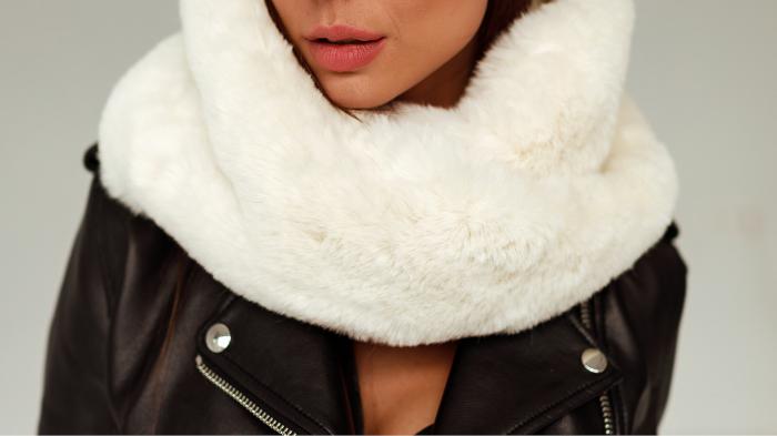 Damski komin futrzany to najmodniejszy dodatek zimowej stylizacji. Miękki i ciepły futrzany szalik ze sztucznego futra w kolorze kremowym tylko w SMOKEFURS