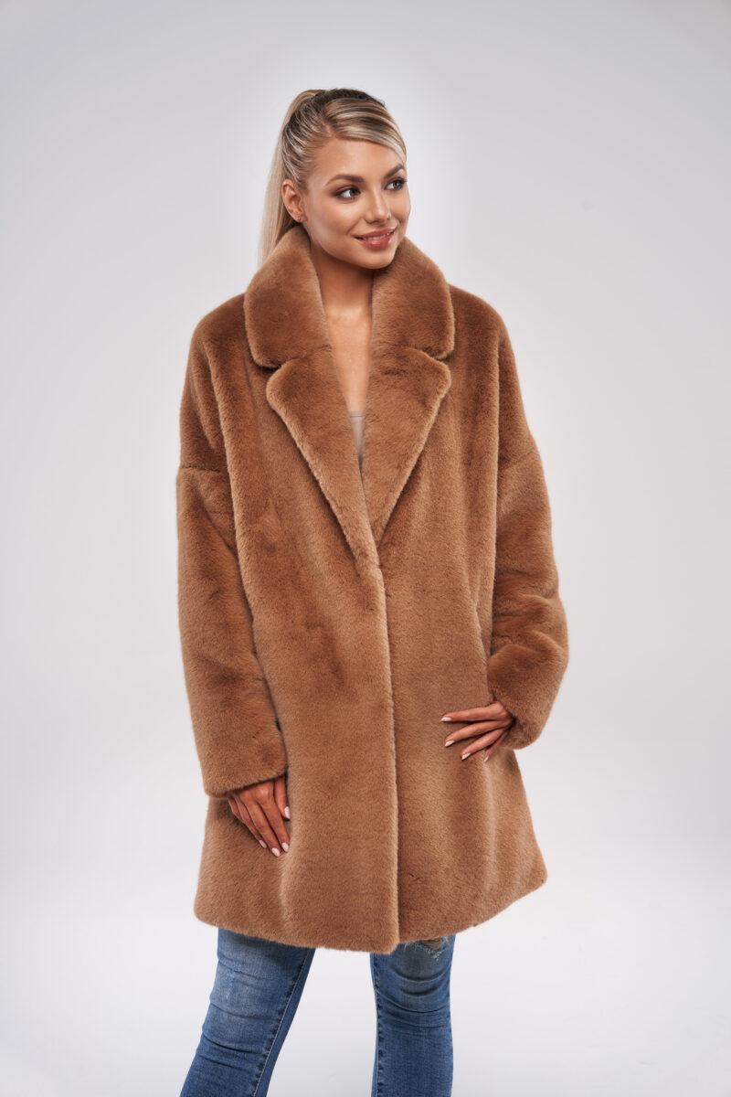 Camelowy płaszcz oversize ze sztucznego futra