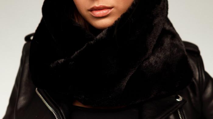 Damski komin futrzany to najmodniejszy dodatek zimowej stylizacji. Miękki i ciepły futrzany szalik ze sztucznego futra w kolorze czanym tylko w SMOKEFURS