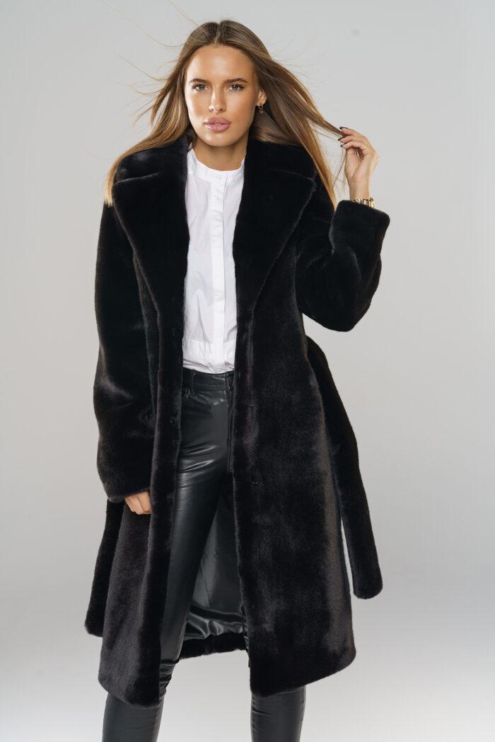 czarny płaszcz futrzany z paskiem ze sztucznego futra
