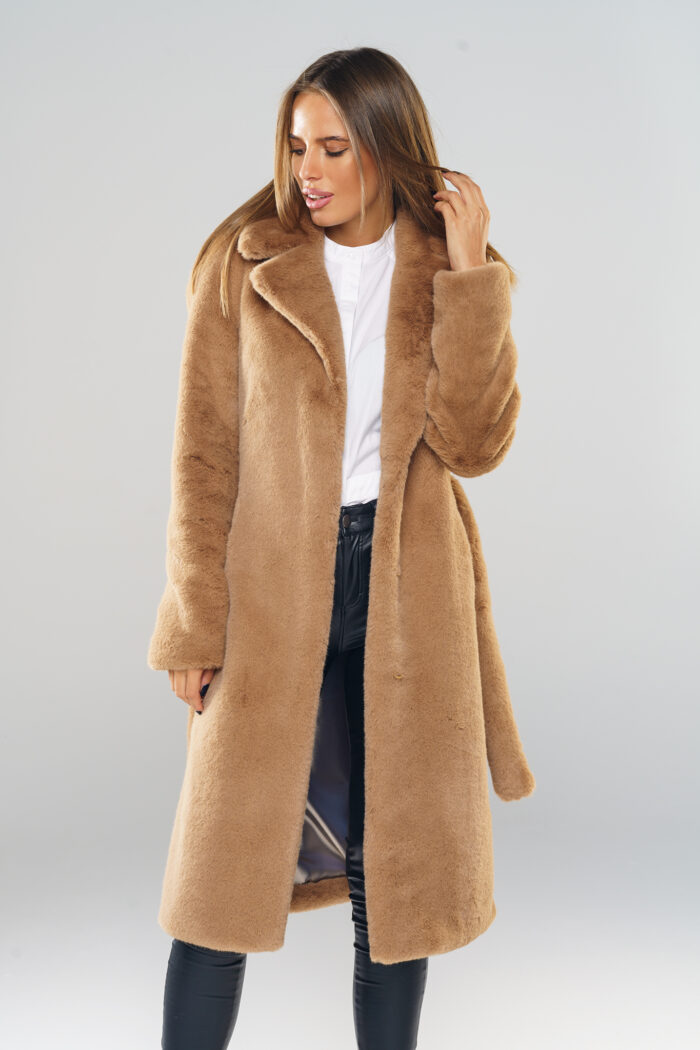 długi futrzany płaszcz dyplomatka z paskiem kolor kamelowy