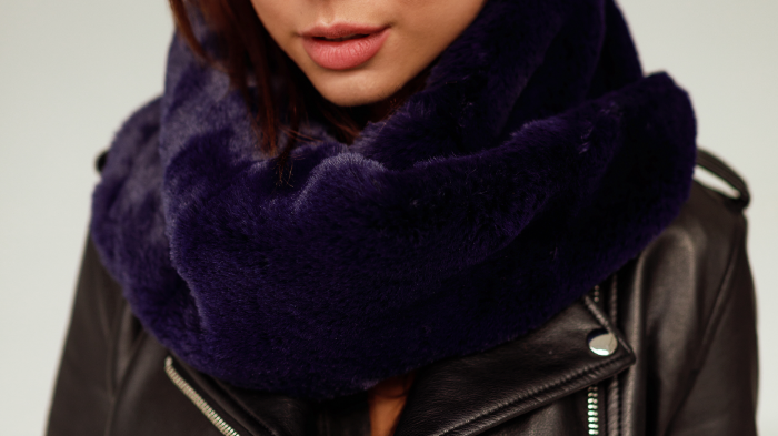 Damski komin futrzany to najmodniejszy dodatek zimowej stylizacji. Miękki i ciepły futrzany szalik ze sztucznego futra kolor granat tylko w SMOKEFURS