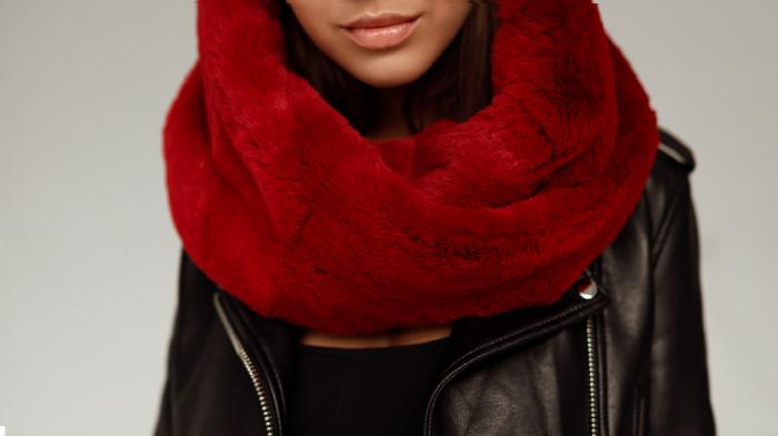 Damski komin futrzany to najmodniejszy dodatek zimowej stylizacji. Miękki i ciepły futrzany szalik ze sztucznego futra w kolor czerwony tylko w SMOKEFURS