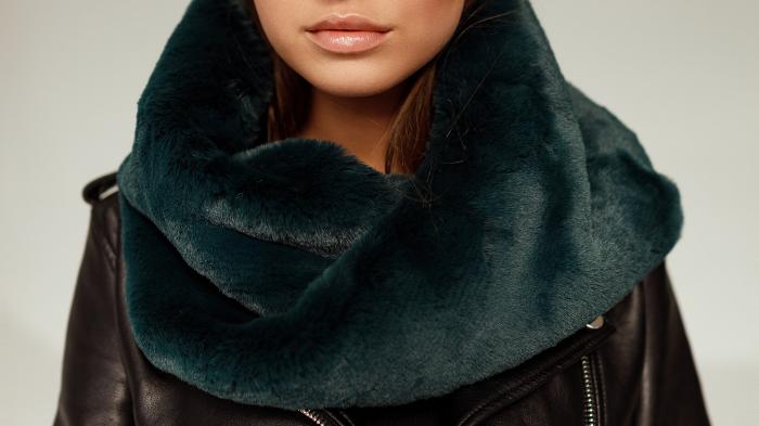 Damski komin futrzany to najmodniejszy dodatek zimowej stylizacji. Miękki i ciepły futrzany szalik ze sztucznego futra w kolorze zielonym tylko w SMOKEFURS